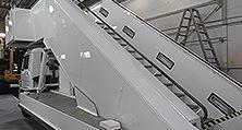 Perfekt im Lack: die komplett überholte Flugzeug-Gangway im Berliner heller-Werk.