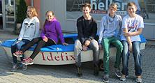 Schüler der 8. Klasse der Villa Elisabeth Oberschule vor der heller Lackiererei GmbH
