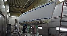 Vor der Yachtlackierung war das komplette Schiff zu schleifen und zu primern