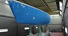 Neben dem Rumpf wurden auch Deck und Mast lackiert sowie das Unterwasserschiff mit Antifouling beschichtet