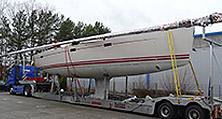 Eine Segelyacht von 14,19 m Rumpflänge auf dem eigenen Tieflader der heller Lackiererei GmbH