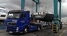 Ankunft des heller Yachttransports im slowenischen Adria-Hafen Koper
