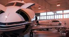 Flugzeuglackierung eines Learjets, Bug