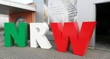 Die Erfahrung der heller Lackiererei GmbH mit Möbel- und Objektlackierungen kommt auch dem NRW-Logo zugute.
