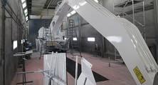 Karosserie- und Lackierhallen sind ausreichend dimensioniert für Kräne, Bagger & Co.