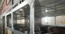 Perfekte Handarbeit: Die eigens angefertigten Fensterrahmen für den Doppeldecker vom Typ Büssing DE65