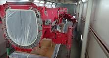 Der Teleskopausleger eines Liebherr LTM 11200-9.1 fertig vorbereitet zum Lackieren in der Lackierhalle Berlin-Brandenburg