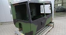 grüne Grundlackierung und die zusätzliche Camouflage-Lackierung in den Farben braun und schwarz im selben Arbeitsgang – also nass in nass.